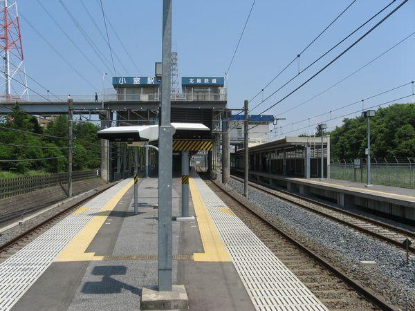 上り線の片面ホーム(画面右)が増設された小室駅。2010年6月12日撮影