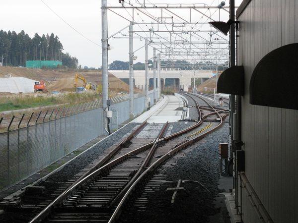 ホームから見た使用開始直後の印旛日本医大駅折り返し線。レールの表面に光沢があることから既に一部列車が使用していることがわかる。2008年11月2日撮影