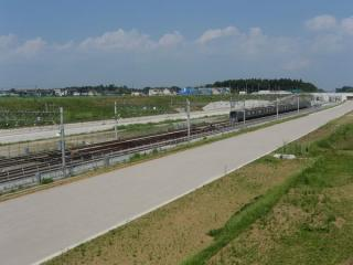 同じ地点の現在の様子。外側2線の軌道敷設も完了し、内側の折り返し線には頻繁に北総線の電車が入線している。線路の両側では北千葉道路の建設も進行中。2010年6月12日撮影
