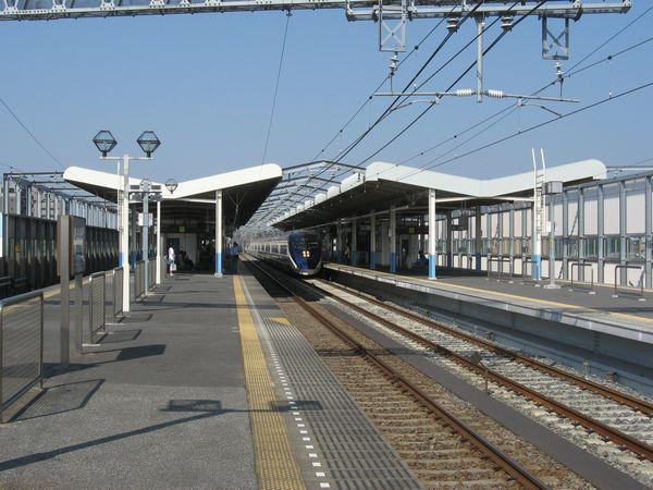 上りホーム使用開始後の東松戸駅。試運転中の特急「スカイライナー」が入線。2010年6月12日撮影