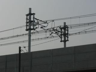 印旛捷水路橋梁付近のコンパウンドカテナリ架線。2010年4月18日撮影。