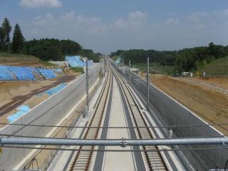 左写真奥のトンネル上から成田空港方面を見る。
