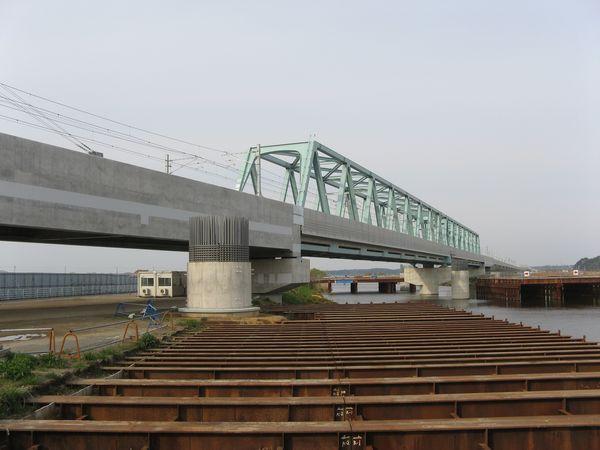 印旛捷水路橋梁。手前の作りかけの丸いコンクリート柱は北千葉道路用。