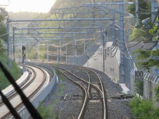 同じ列車から見た堀之内信号場。カーブの途中にある。