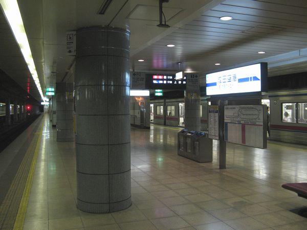 成田空港駅ホーム。こちらは照明がかなり暗めに設定されている。