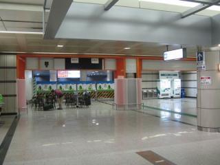 地下1階コンコースで準備中の成田スカイアクセス一般特急用ホーム(1番線)への通路