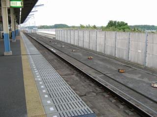 上りホーム着工前の東松戸駅。現在の上り本線の路盤のみが構築されていた。2006年5月21日撮影