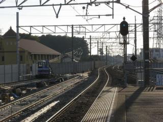 新上り線への切替準備中。左が京成高砂方、右が印旛日本医大方での様子で切替前の線路は下り線側へ強引にカーブさせていたことがわかる。2008年11月2日撮影