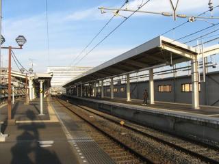 上りホーム完成後。屋根などの意匠は既存のホームとほぼ同一。なお、この時点では4線ある線路のうち、外側2線が再整備のため本線との接続が切られており使用不可となっていた。2008年11月2日撮影