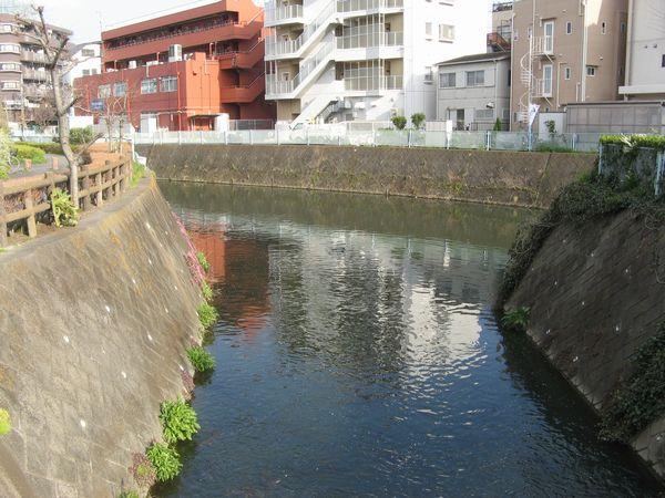 久地駅近くの二ヶ領本川との合流点