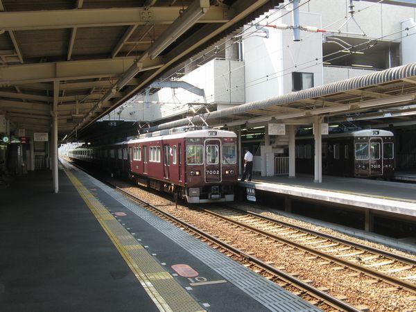 神戸線ホームに停車中の7000系