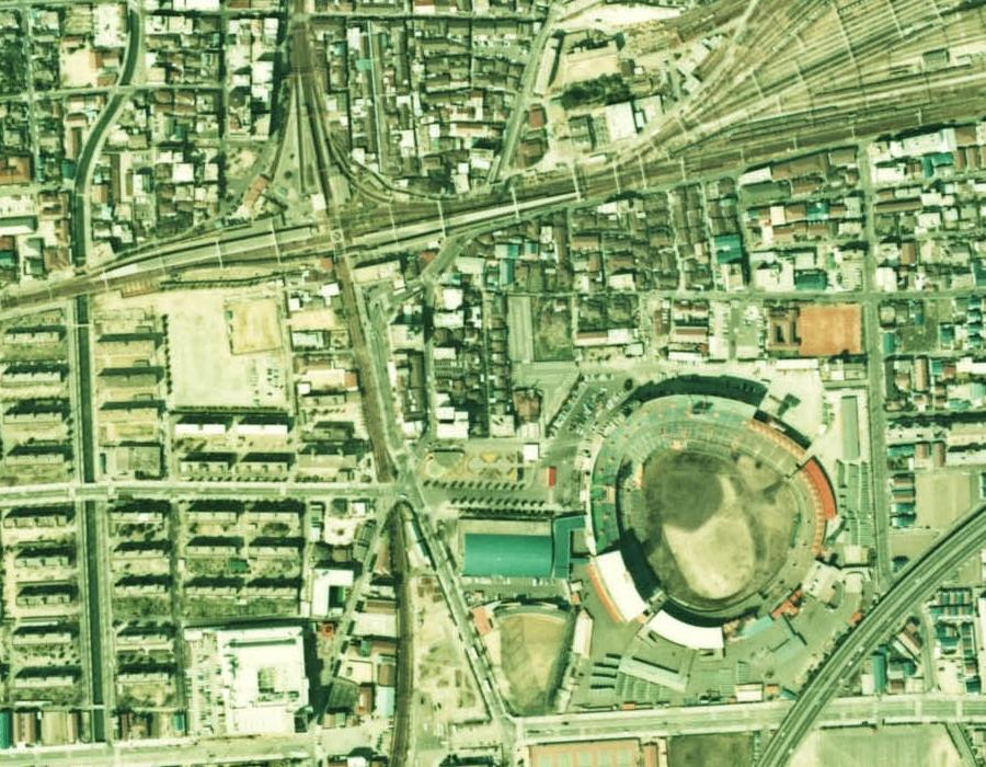 1974(昭和49)年の西宮北口駅付近の航空写真。左上の十文字に線路が交差している部分が神戸線と今津線のダイヤモンドクロス。右下にあるのが阪神西宮球場。