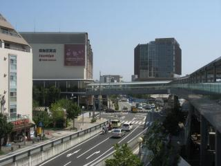 阪急西宮ガーデンズと西宮北口駅への連絡橋。