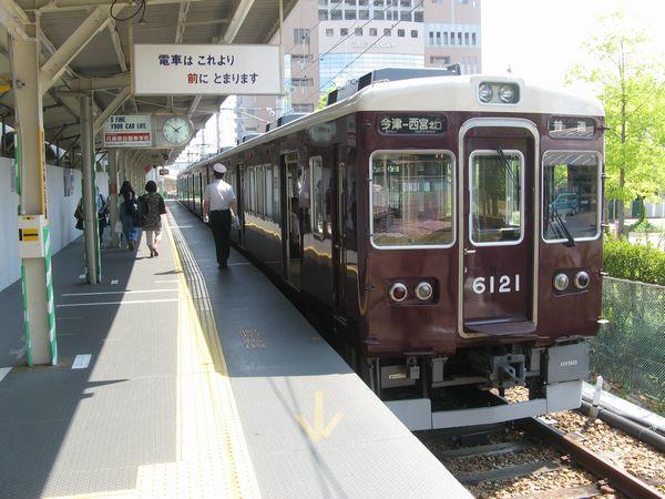 神戸線との連絡線上に仮設された5号線ホームに停車中の今津線6000系