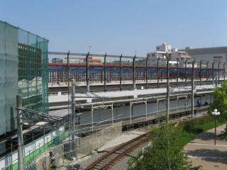 橋上駅舎から見た工事中の今津線高架ホーム。左端で現駅舎と接続する。