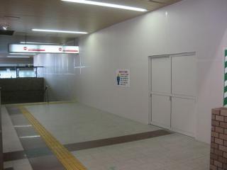 改札内コンコースの今津線高架ホームへの通路ができると思しき地点には仮囲いが設置されていた。