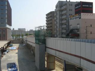 阪急西宮ガーデンズへの連絡橋から見た今津線の高架橋