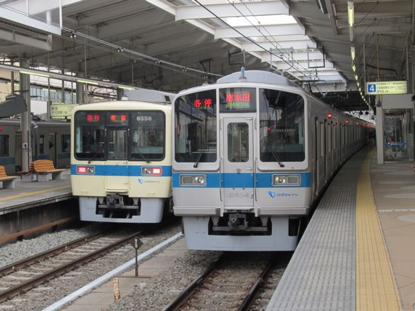 小田急8000形・2000形。新百合ヶ丘駅にて