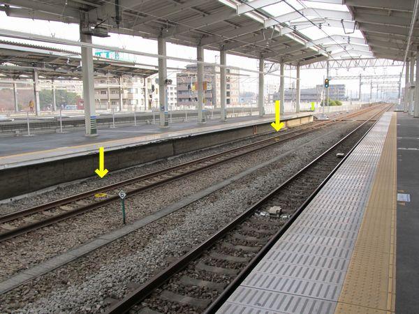 小田急多摩センター駅構内の仮設地上子撤去跡(矢印の先の金具)