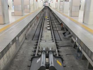 小田急線の終点新宿駅の車止め手前にあるOM-ATS(線路上に並ぶ白い箱)