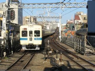 下北沢駅ホームから新宿方面を見る。