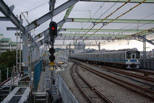 和泉多摩川駅のホーム端から複々線化工事中の多摩川橋梁を見る。現在の上り線の橋梁が先に完成していた。