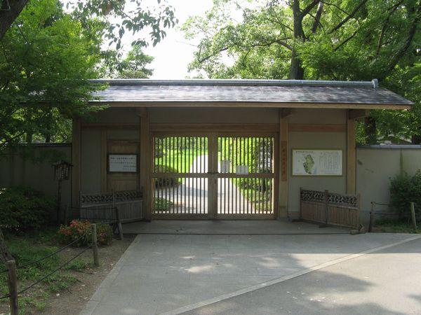 大川側の藤田邸跡公園入口。開園時間前だったため扉が閉まっておりは入れなかった。