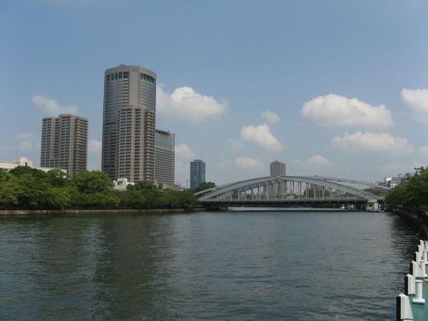 大川と桜宮橋(銀橋)。JR東西線のトンネルは写真左側の森へ向かって進んでいる。