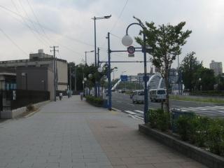 同じ換気塔を西側から見たところ。右奥に見えるのが桜宮橋(銀橋)。