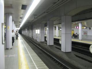 堺筋線ホーム。JR東西線と交差する部分はコンクリート壁の量が多い。