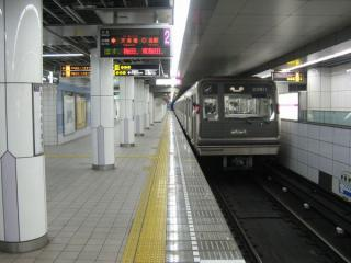 地下鉄谷町線東梅田方面行きホーム。JR東西線の上層階を利用して設置されたホームである。左の壁の裏は先ほどの改札外通路である。