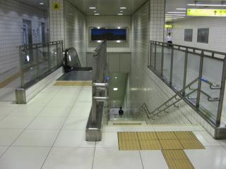 地下1階の改札階からホームへ下りる階段。