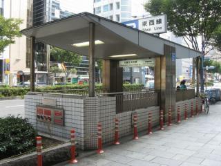 大阪天満宮駅2号出入口。曽根崎通の反対側(奥)にある1号出入口も見える。