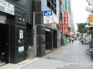 雑居ビルと一体の大阪天満宮駅3号出入口。2階に相当する位置には換気口と思われる開口部がある。