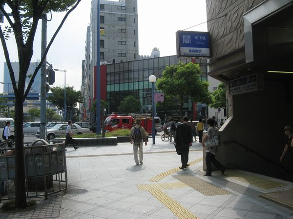 南森町交差点と大阪市営地下鉄南森町駅2号出入口。ここからも大阪天満宮駅へ向かうことができる。