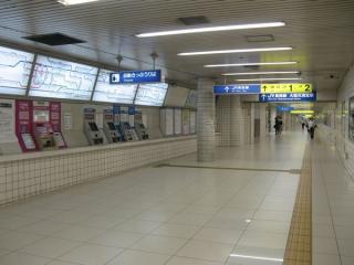 地下鉄の南森町駅側にある西改札口。利用者が多い分自動券売機・自動改札機の台数が多いが基本的な意匠は西入口と同様。