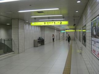 東改札口の先は1・2号出入口へ通じる。