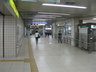 西改札口の先は地下鉄南森町駅へ通じる。直進すると1フロア下に下りて堺筋線の反対側へ出られる。