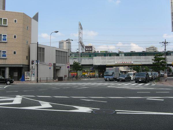 土佐堀通の片町交差点。奥の高架橋を京阪電車が走る。