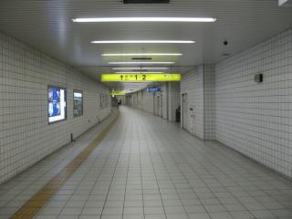 左写真の奥の地点から1・2号出入口方向を見る。