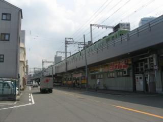 大阪城北詰駅と交差する京阪電鉄の高架。高架下はディスカウントストアとなっている。