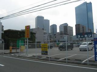 3号出入口の前から京橋方向を見る。奥の高層ビル群は大阪ビジネスパーク。
