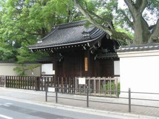 3号出入口の脇にある藤田邸跡公園入口。開園前のため扉は閉まっていた。