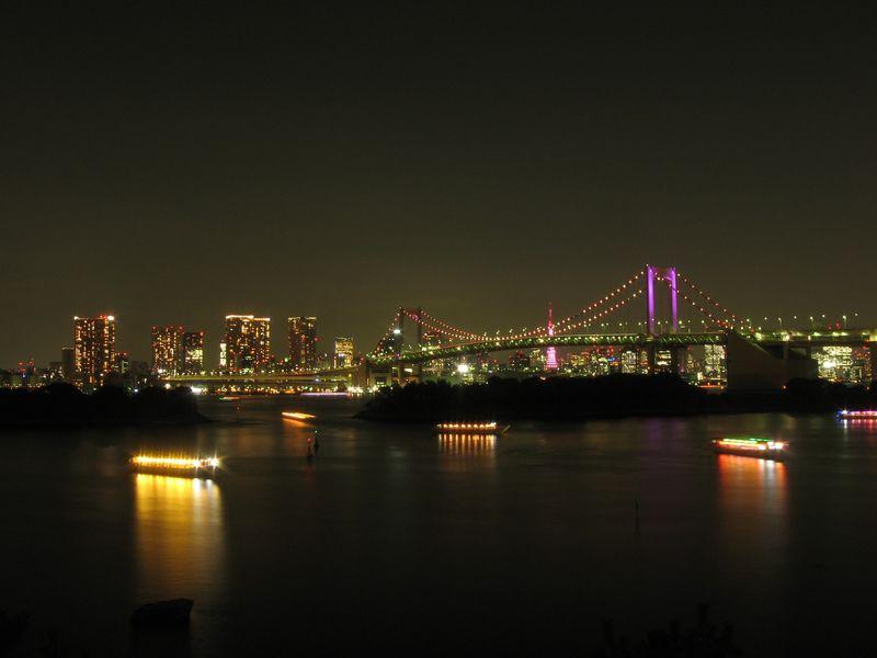ピンク色にライトアップされたレインボーブリッジ。お台場海浜公園から。