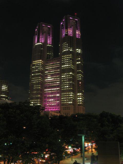 ピンク色にライトアップされた東京都庁。新宿住友ビル前から。