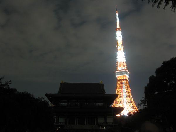 上の写真を撮影した直後、通常の白いライトアップに変化した。