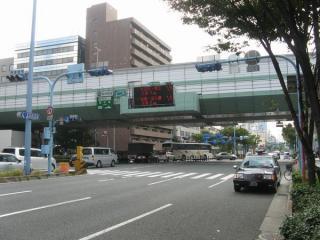 堀川橋東詰・西詰交差点と阪神高速12号守口線。