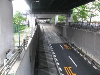 高速道路の下には天神橋筋のバイパス道路(扇町バイパス)がアンダーパスしている。