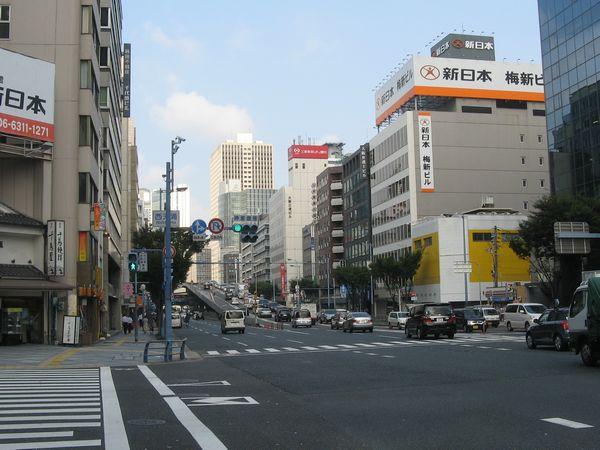 西天満交差点から西を見る。画面中央の上昇していく道路が新御堂筋へ向かう分岐ランプ。
