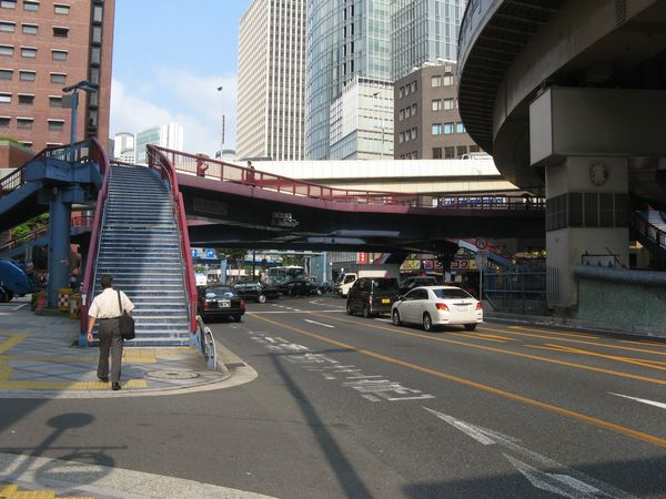 梅新東交差点。歩道橋や新御堂筋のオーバーパスが複雑に重なる。